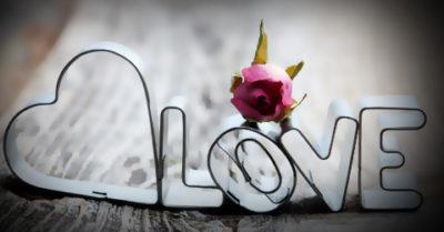 Frase de Amor en Imagen de Taza con la Palabra Love para Compartir en Facebook