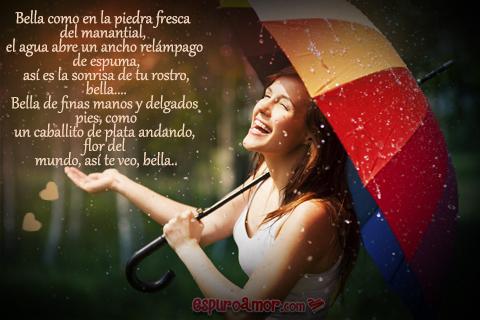 mujer sonriente bajo paraguas en la lluvia
