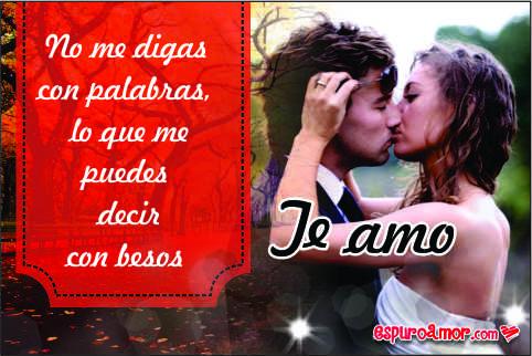 Recién casados sellando su amor en un apasionado beso