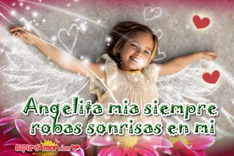Niña con alitas de ángel muy feliz