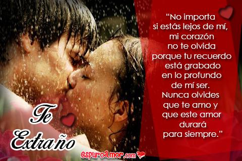 Pareja besándose bajo la lluvia muy enamorada