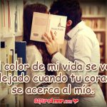 besándose en un biblioteca