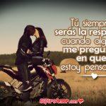 Parejas besándose sobre moto